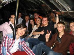 Студенты в разрядной камере токамака.jpg